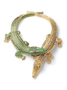 Cartier    Cartier collar de cocodrilos en oro, esmeraldas (66,86 quilates), rubíes y diamantes amarillos (60,02 quilates), creado en 1975 por la actriz María Félix. Los dos cocodrilos también pueden ser usados individualmente como broches.