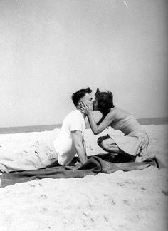 Don't think, just kiss! These lovely photos that capture sweet kisses from the past. Couples Vintage, Vintage Kiss, Vintage Romance, Vintage Love, Cute Couples, Old Love, All You Need Is Love, Love Is Sweet, Photo Couple