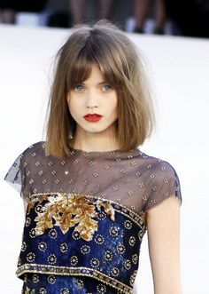 V cut hair, hair a, hair cuts, frange blonde, brown lip Bob Haircut With Bangs, Hairstyles With Bangs, Pretty Hairstyles, Hairstyle Ideas, Bob Haircuts, Long Bob Bangs, Trendy Haircuts, Medium Hairstyles, Long Messy Bob