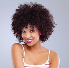 Um guia completo para você cuidar dos seus cabelos cacheados. Veja como pentear seus fios ondulados, saiba porque fazer a hidratação pré-banho e mais dicas.