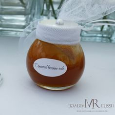 Petite bonbonnière ronde remplie d'un bon caramel au beurre salé... Miam !