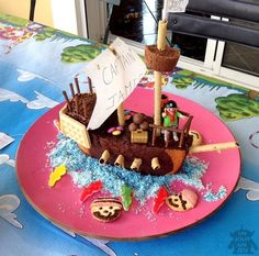 For the birthday of your child, make him fun by making a pirate ship cake, cool kiss effect and guaranteed success! Pirate Birthday, Pirate Party, Pirate Ship Cakes, Baby Eating, Birthday Cake Decorating, Party Food And Drinks, Popular Recipes, No Bake Cake, Cake Designs