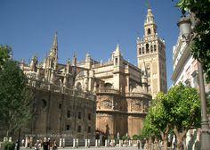 La Catedral de Sevilla y su Giralda, España.