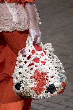 Daniela Gregis At The Milan Fashion Week In Spring Knitted ; daniela gregis bei der mailänder modewoche im frühjahr gestrickt ; daniela gregis à la fashion week de milan au printemps en tricot La Fashion Week, Fashion Tag, Milan Fashion Weeks, Spring Fashion, Do It Yourself Fashion, Yarn Bag, Crochet Cap, Mode Blog, Patchwork Bags