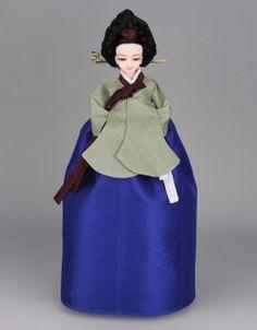 Korean Traditional Hanbok Doll Korean Traditional Dress, Traditional Dresses, Korean Hanbok, Asian Doll, Oriental Fashion, Korea Fashion, Korean Outfits, Korean Women, China
