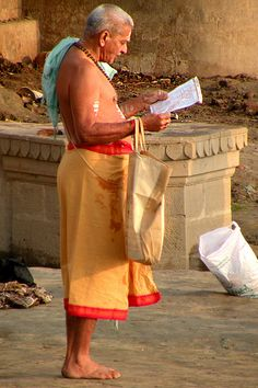 A man reciting from the scriptures at a Varanasi ghat. Kinds Of People, People Around The World, Around The Worlds, India Culture, India First, Indian Man, Varanasi, Fantasy Series, Incredible India