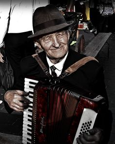 See the street performers in Old Town!