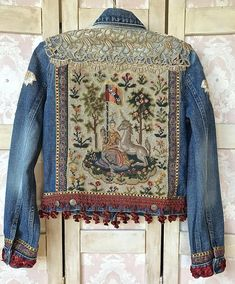 / jean jacket with medieval design needlepoint and vintage braid and trim / Style Retro, My Style, Jean Jacket Outfits, Distressed Jean Jacket, Altering Clothes, Embellished Jeans, Themed Outfits, Denim And Lace, Lace Fabric