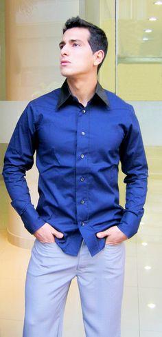 Camisa de popelina, cuello, pechera y puños polyester labrado. / Shirt of poplin, collar, front and cuffs of wrought polyester.