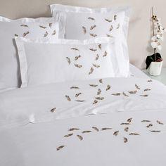 #bouchara #gold Parure de lit PLUMY, magnifique percale blanche brodée d'une envolée de plumes dorées