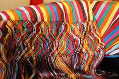 Pueden ser usados como bufandas o a manera de chales; El rebozo mexicano es un producto derivado del mestizaje producido por la Conquista Española. Se sabe que los indígenas mexicanos los usaban ya antes del arribo de los españoles.