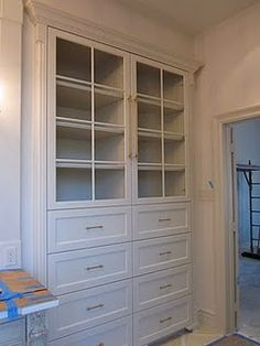 No glass, but the drawers on the bottom, with feet so that it looks like a piece of furniture.