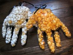 Make these cool Mummy Hands for Halloween parties or to hand out candy. Right now there will be good Halloween candy sales happening, so pick up candy or popcorn that will work well Costume Halloween, Films D' Halloween, Halloween Popcorn, Halloween Treats, Pinterest Halloween, Room Mom, Ideas Para Fiestas, Real Food Recipes, Party