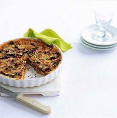 Recept voor een heerlijke hartige taart met gemengde paddenstoelen en knapperige spekreepjes.