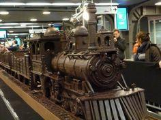 Artista expõe trem de chocolate na Bélgica- mestre chocolatier Andrew Farrugia, de Malta. conquistou seu lugar no Guiness Book como a maior estrutura de chocolate do mundo. Ele mede um colossais 34 metros de comprimento, uma locomotiva a vapor clássica.