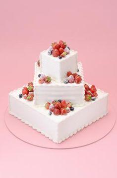 正方形のケーキを重ねて、ベリーでキュートなウエディングケーキ