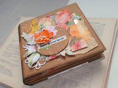 Acest album foto cartonat este unicat. Decorat în stil scrapbook, el poate deveni un cadou perfect sau poate înfrumuseța orice colecție de fotografii Atât coperta cât și paginile sunt din carton de legătorie (mucava) de 1,5mm, cu decorațiuni și elemente interactive: buzunare, pagini ascunse, suporturi pentru poze etc. În acest album, pe 8 pagini, încap până la 40 de fotografii, de diferite dimensiuni. Dimensiuni: 15×15 cm Listening To You, Album