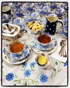 277 vind-ik-leuks, 19 reacties - Fiona Cameron (@fiona_cameron) op Instagram: 'I'm away from home working today, so decided to re-post something from last year. I love this…' Blue And White China, Work Today, Cottage Style, Tea Time, Hand Sewing, Plates, Tableware, Instagram Posts, Chalet Style