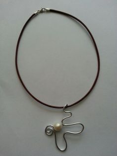 Colgante en alambre con perla Handmade Wire Jewelry, Beads And Wire, Wire Wrapping, Pearl Necklace, Necklaces, Fashion, Copper, Fashion Necklace, Wire