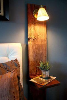 Деревянная полочка на вертикальной доске, в которую встроен небольшой светильник.