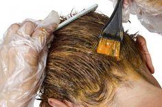 Los accidentes suelen pasar también en los procedimientos de belleza, y sé que a veces cuando nos pintamos el cabello podemos llegar a manchar accidentalmente nuestra piel, por ello conoce cómo remover el color de tinte de la piel sin mayores complicaciones.Truco #1.Ten a la mano un poquito de aceite de bebé y crem
