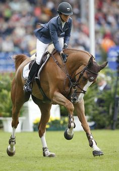 Love the slate blue jacket paired for a Chestnut mount #Equestrian