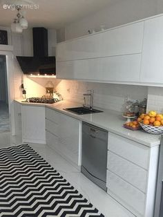 Yıkıp komple yeniledikleri mutfaklarında, modern çizgide dekoru kontrastı yüksek renkler ve stili başarı ile tamamlayan geometrik çizgilerle hareketlendirmiş Zeynep hanım. Koridor tipi mutfak planı he...