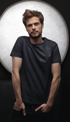 Matthew Gray Gubler is Dr.Spencer Reid from Criminal Minds, if you did not know. He is easily one of the best looking men I've ever seen. Matthew Gray Gubler, Matthew Grey, Dr Spencer Reid, Dr Reid, Spencer Reed, Look At You, How To Look Better, Pretty People, Beautiful People