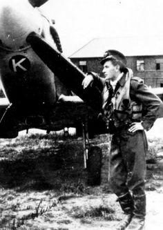 Otto Smik již jako velice úspěšný pilot 222. stíhací peruti u svého Spitfiru F.Mk.IXC s kódovými písmeny ZD-K (pravděpodobně jde o jeho osobní stroj výrobního čísla MH423)