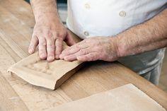 Teig auf Model pressen für den Appenzeller Lebkuchen (Appenzeller Biber). Bild von Martina Basista