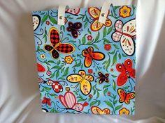 Bolsa Sacola Borboletas Cartoon - super colorida, alça de couro tiracolo... perfeita pra carregar coisas por aí! www.munayartes.com #munayartes #elo7 #foradesérie #feitoamao #handmade #artesanato #craft #bolsa #cartonagem #borboleta #butterfly