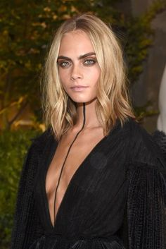 Cara Delevingne hair history - from her shaved head to her signature blonde waves. See Cara Delevingne's most memorable hairstyles here. Blonde Waves, Blonde Hair, Cara Delevigne, Cara Delevingne Tattoo, Cara Delevingne Hair Color, Cara Delevingne 2018, Cara Delevingne Eyebrows, Wavy Lob, Belleza Natural