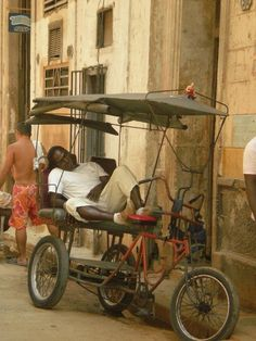 Life in La Habana vieja - Havana, Cuba Beautiful Architecture, Beautiful Landscapes, Havana House, Ecuador, Cuban People, Animal Movement, Peru, Cuba Travel, Havana Cuba