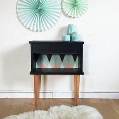 Table de chevet vintage rénovée en noir + papier peint scandinave vert d'eau