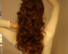 Wir sehen, die Schönheit des langen, roten Haar in eine weniger glatte Stil, die entworfen ist, für ein bisschen Puff und Getümmel, und die Transpa...