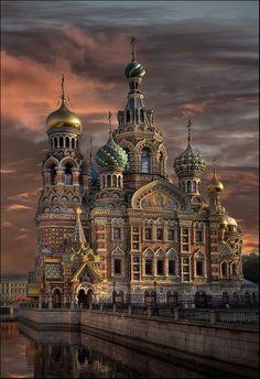 C'est Saint-Pétersbourg, Russie. Je ne sais beaucoup sur Russie, mais je veux voir l'église. Tout cette je sais sur Russie est très interessante.
