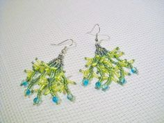 Hangende oorbellen in groen met groene glaskralen door Seadbeady