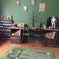 子供部屋にもカラーボックスを使って机に♫カラーボックスと椅子を同系色で揃え、男の子らしいかっこいい雰囲気になっています。