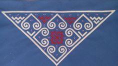 triangular paj ntaub design