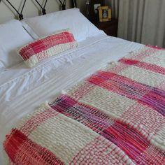 Para mi mamá Weaving Yarn, Hand Weaving, Weaving Wall Hanging, Spinning Yarn, Silk Ribbon Embroidery, Fabric Strips, Weaving Techniques, Loom Knitting, Woven Rug