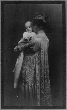Eleanor Roosevelt and her daughter Anna. 1906.