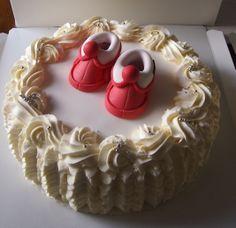 Ainoilla koristeltu kakku.