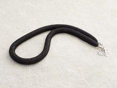 Collana a rete con perline in vetro di Murano di conteria di colore nero.