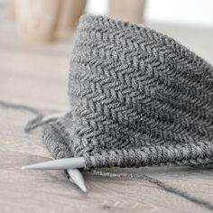 Wie man dieses schöne Fischgrätmuster strickt, zeige ich heute auf dem Blog... einen tollen Sonntag wünsche ich Euch! #stricken #fischgrät #knitting #heringbone #diy #selbstgemacht