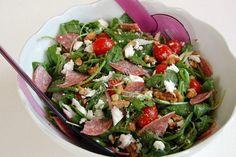 Ζέστη, ζέστη πολύ ζέστη! Τι καλύτερο από μια δροσιστική σαλάτα που μπορεί να φαγωθεί ακόμη και σαν γεύμα. Καταλαβαίνετε πόσο δύσκολο είνα...