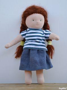 Unsere Puppenfamilie hat Zuwachs bekommen.  Nachdem es uns schon einmal so viel Spaß gemacht hat, hab ich das Püppchen auch diesmal gemeinsam mit meiner Tochter gemacht. Na gut, genäht habe ich (wobei