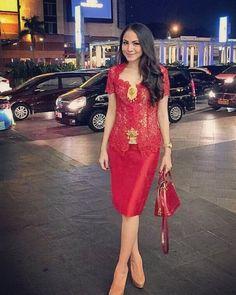 Forever in Style - Beauty and Fashion through the centuries Kebaya Lace, Batik Kebaya, Kebaya Dress, Dress Pesta, Batik Dress, Kebaya Brokat, Dress Brokat Modern, Modern Kebaya, Dress Brukat
