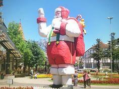Papai Noel gigante na Praça das Flores. Post completo em: http://www.anjosnet.com.br/preparacoes-para-o-natal-em-nova-petropolis/ #natal #christmas #brasil #brazil #novapetropolis #riograndedosul #papainoel