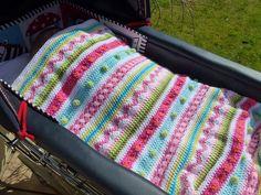 Zoals zovelen, doe ik ook mee met de Crochet Along 2014, waarbij de streepjesdeken wordt gehaakt.  Anderhalve week geleden liet ik braa...