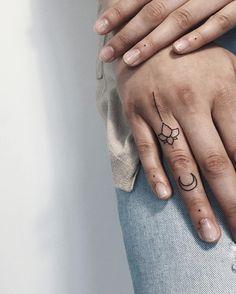 🌙 #marlonb_tatts #moon #linework #btattooing #blxckink #tttism #tattooed #minimalism #smalltattoo #fingertattoo #nyc #moscow #sashatattooingstudio #blacktattoo #tatto2me #inked (at Sashatattooing Moscow)